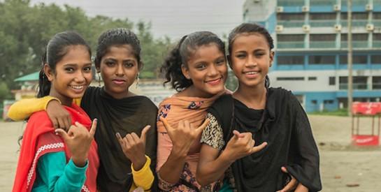 Au Bangladesh, des ados entraînées à lutter contre les cyber-prédateurs