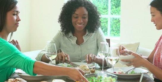 Comment se faire l`invitée parfaite à un diner?
