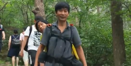 Chine : Il porte sa femme handicapée sur le dos pour la faire voyager