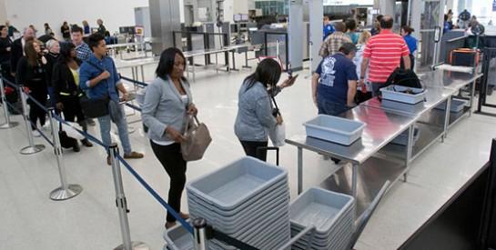 Aéroports : les bacs en plastique, de véritables vecteurs de maladies respiratoires