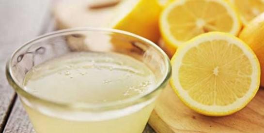Soigner les cheveux gras naturellement avec un masque au citron