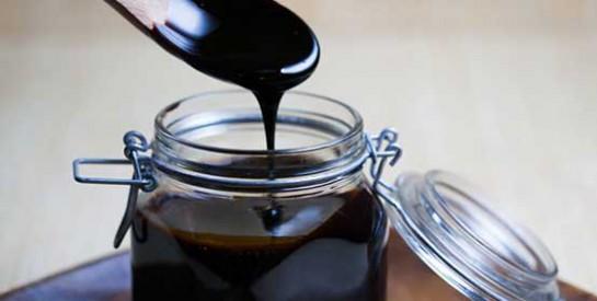 Mélasse de canne à sucre : un traitement de choc pour les cheveux cassants