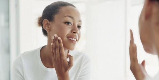 Comment camoufler un bouton facilement avec du maquillage?