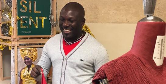 Le styliste ivoirien Eloi Sessou apporte son aide aux migrants
