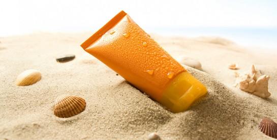 Mettre de la crème solaire quotidiennement ralentit le vieillissement de la peau