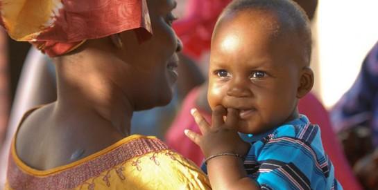 Une sage-femme kényane sauve des bébés intersexués en les adoptant
