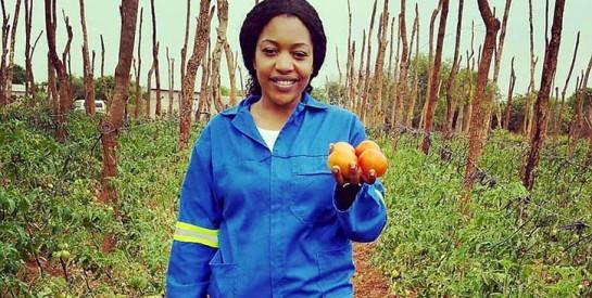 Une Zambienne abandonne la blouse d`infirmière pour les bottes d`agricultrice