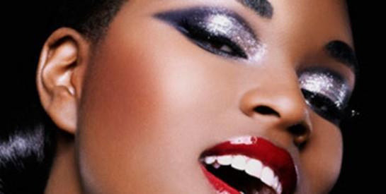 Astuce maquillage : appliquer et faire tenir un fard à paupières pailleté