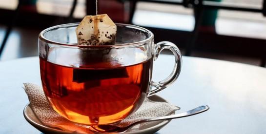 Certains sachets de thé relâchent des milliards de microplastiques dans votre tasse