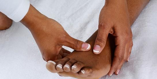Hallux valgus : pourquoi cette déformation du pied touche-t-elle à 90% les femmes ?