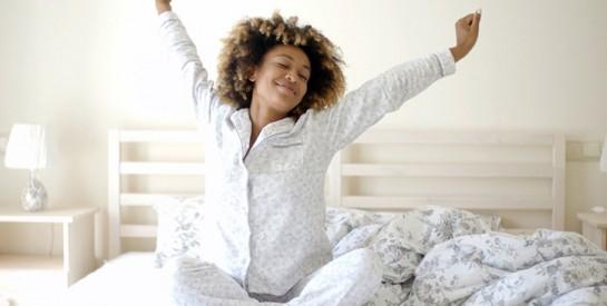 Exercice facile à réaliser pour garder la forme tout en restant au dans le lit