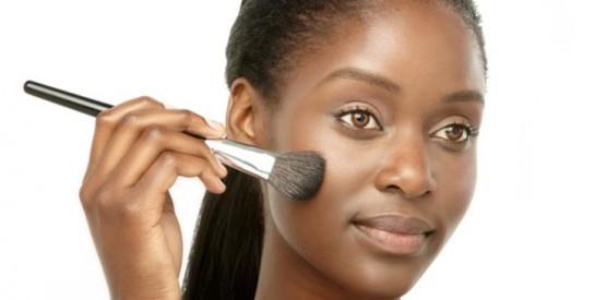 Maquillage peau grasse: nos conseils pour un teint parfait