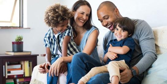 Une mère et ses enfants, qui n'ont pas la même couleur de peau, forcés à déménager