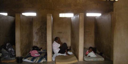 """Troubles mentaux: privés d`eau, enchaînés… Les patients """"soignés"""" par l`Eglise au Ghana"""
