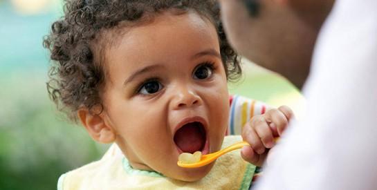 Selon une étude, il y a trop de sucre dans les aliments pour bébés