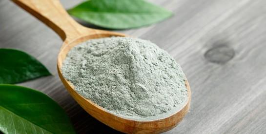 Masque à l`argile verte pour les cheveux gras