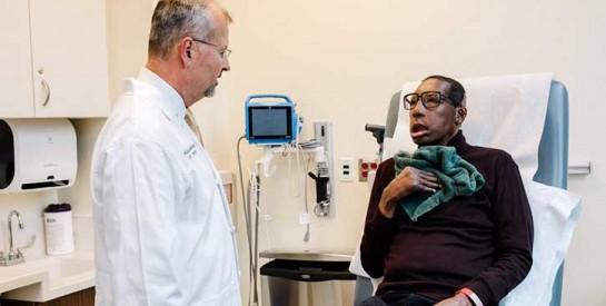 Après 18 interventions chirurgicales, il devient le premier Afro-Américain à recevoir une greffe du visage