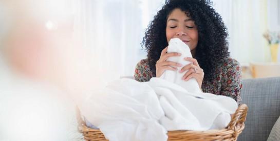 Combien de temps le coronavirus survit-il sur les vêtements et comment les laver?