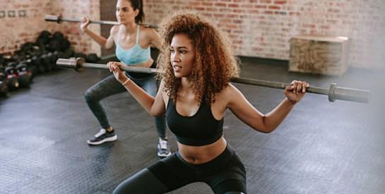 Se muscler les fesses, les cuisses et tonifier la ceinture abdominale avec le Squat
