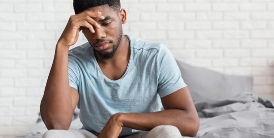 Il découvre que sa femme urine encore au lit et exige le remboursement de la dot