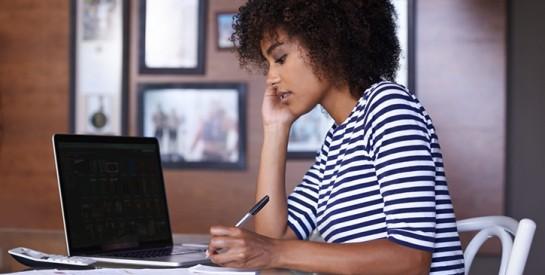Télétravail: les bonnes attitudes à adopter pour éviter le mal de dos