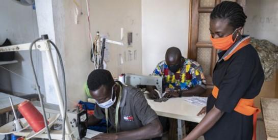 De Dakar à Lagos, les créateurs africains s`engagent dans la fabrication de masques