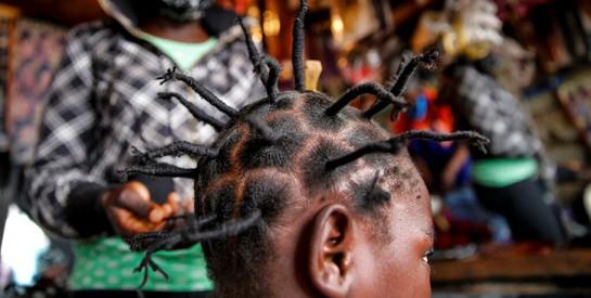 Au Kenya, des ``coiffures coronavirus`` pour sensibiliser la population
