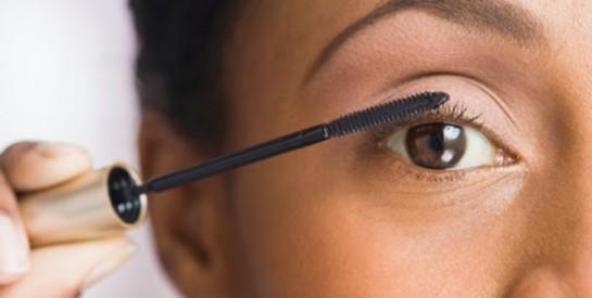 Mascara tous les jours : attention danger pour vos yeux !