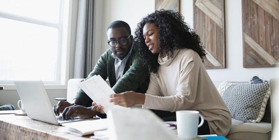 Six conversations que les couples devraient avoir sur l'argent en ce moment