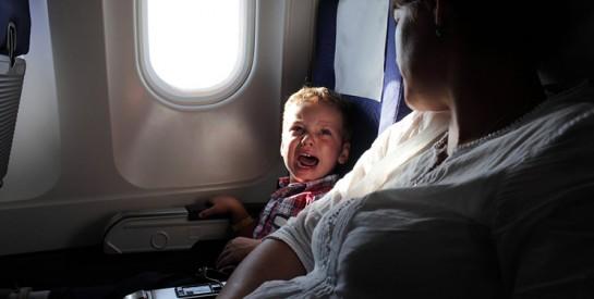 Pourquoi les pleurs des bébés sont plus fréquents en avion et comment y faire face ?