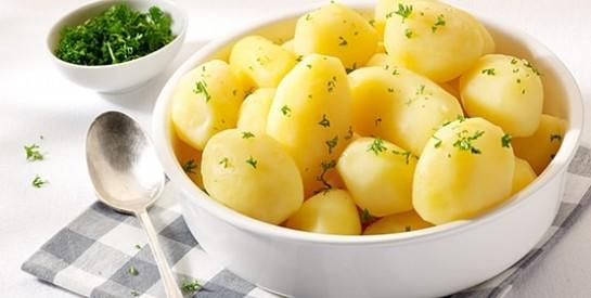 Alimentation: 3 énormes erreurs que nous faisons tous pour la cuisson des pommes de terre