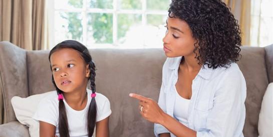 Félicitez vos enfants en public et corrigez-les en privé, mais sans leur faire de mal