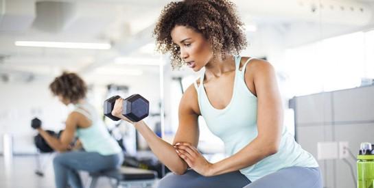 3 exercices pour raffermir ses bras avec des haltères