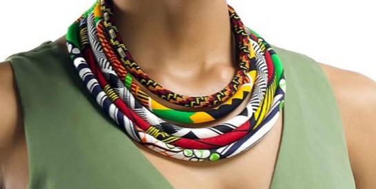 5 façons de porter un collier de perles multicolores et le mettre en valeur