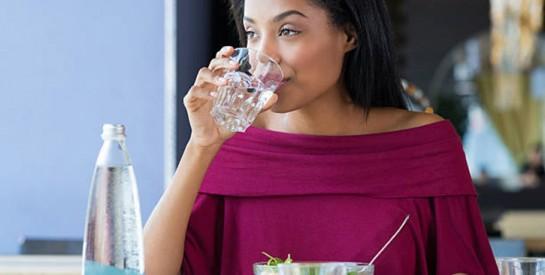 Boire de l'eau en mangeant : bonne ou mauvaise idée ?