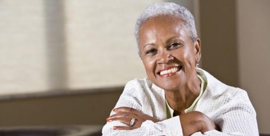 Cheveux gris : 8 causes qui accélèrent leur arrivée