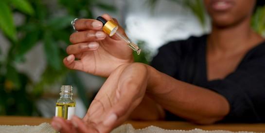 Voici les huiles essentielles qui permettent de prévenir et de réduire l'apparition des rides