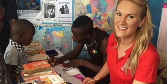 Marlene Harnois et Cheick Cissé : des champions de taekwondo offrent des livres à la bibliothèque sociale le Romandroom