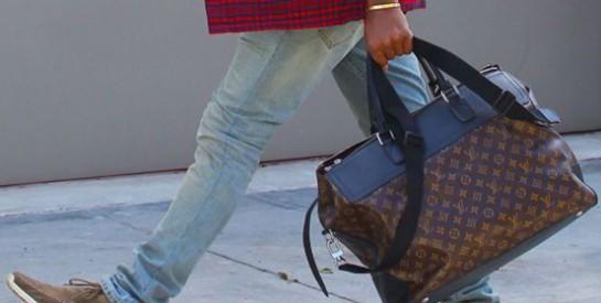 Un présumé sac à main de femme porté par un jeune chanteur enflamme le Sénégal